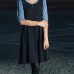 Anna trägt das jas. brit-chic Kleid