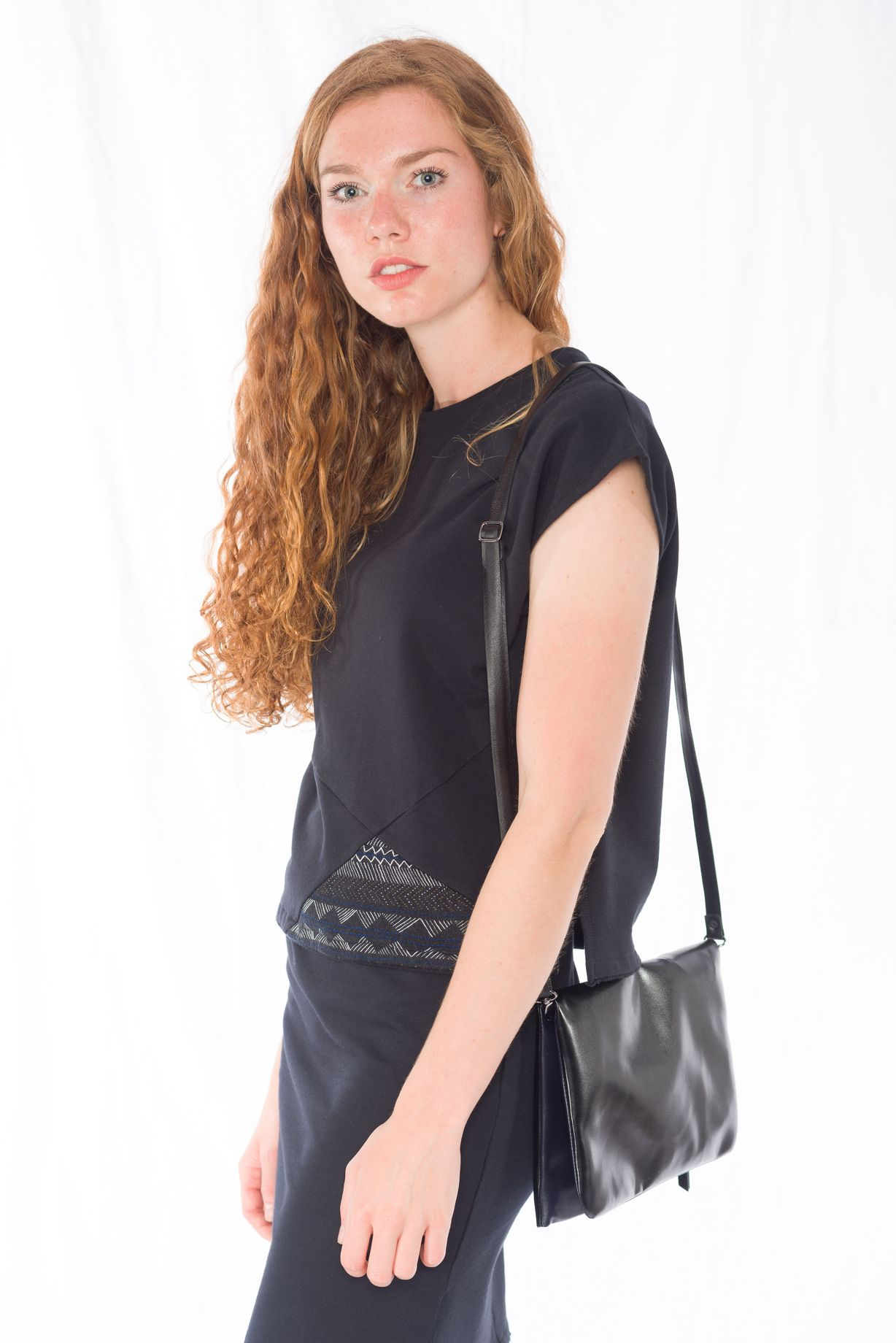 Sweat-Tshirt Shorty Multikulti _ Sweat-Rock Black _ Cross Body Bag